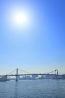 東京港よりレインボーブリッジと太陽 11076015226| 写真素材・ストックフォト・画像・イラスト素材|アマナイメージズ
