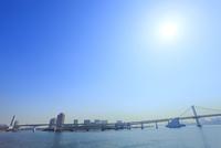 東京港よりレインボーブリッジと太陽 11076015227| 写真素材・ストックフォト・画像・イラスト素材|アマナイメージズ
