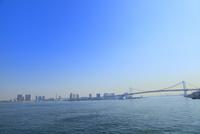 東京港よりレインボーブリッジとお台場のビル群