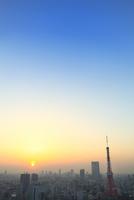 浜松町より東京タワーと街並みに夕日