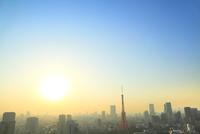 浜松町より東京タワーと街並みに太陽