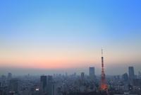 浜松町より東京タワーのライトアップと夕焼け