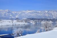 雪の千曲川と霧氷 11076015399| 写真素材・ストックフォト・画像・イラスト素材|アマナイメージズ