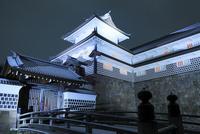 雪化粧の金沢城 ライトアップ夜景 11076015706| 写真素材・ストックフォト・画像・イラスト素材|アマナイメージズ