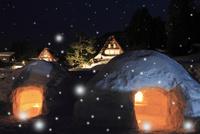 雪化粧の五箇山 相倉集落のライトアップ夜景