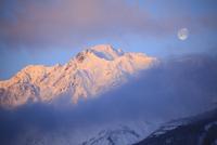 朝焼けの五竜岳と月