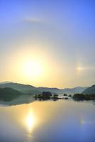 新緑の裏磐梯 秋元湖と朝日に彩雲 11076016449| 写真素材・ストックフォト・画像・イラスト素材|アマナイメージズ