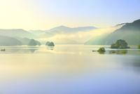 新緑の裏磐梯 秋元湖の朝霧