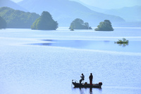 新緑の裏磐梯 朝もやの秋元湖と釣り舟