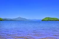 新緑の猪苗代湖と磐梯山