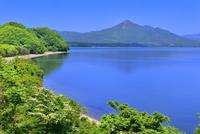 新緑の材木山半島と磐梯山に猪苗代湖