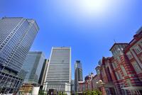 東京駅と丸の内ビル群に太陽