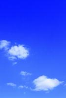 青空に雲 11076016976  写真素材・ストックフォト・画像・イラスト素材 アマナイメージズ
