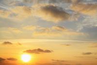 朝焼けの空と朝日