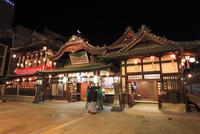 道後温泉 道後温泉本館の夜景 11076017573| 写真素材・ストックフォト・画像・イラスト素材|アマナイメージズ