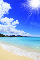 沖縄本島 ブセナビーチの海に太陽