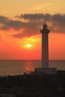 沖縄本島 残波岬灯台と海に夕日