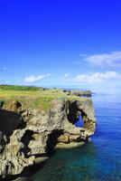 沖縄本島 万座毛と海 11076019017| 写真素材・ストックフォト・画像・イラスト素材|アマナイメージズ