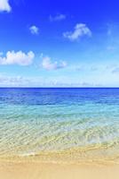 沖縄本島 ウッパマビーチと海 11076019058| 写真素材・ストックフォト・画像・イラスト素材|アマナイメージズ