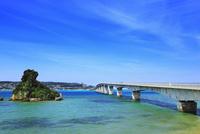 沖縄本島 古宇利大橋と海 11076019063| 写真素材・ストックフォト・画像・イラスト素材|アマナイメージズ