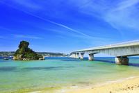 沖縄本島 古宇利大橋と海 11076019064| 写真素材・ストックフォト・画像・イラスト素材|アマナイメージズ