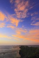 沖縄宮古島 東平安名崎と海に朝焼け 11076019132| 写真素材・ストックフォト・画像・イラスト素材|アマナイメージズ