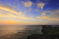 沖縄宮古島 東平安名崎と海に朝日 11076019133| 写真素材・ストックフォト・画像・イラスト素材|アマナイメージズ