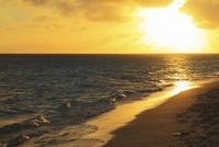 沖縄宮古島 与那覇前浜と夕焼けの海 11076019213| 写真素材・ストックフォト・画像・イラスト素材|アマナイメージズ