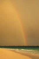 沖縄宮古島 与那覇前浜と夕焼けの虹 11076019232| 写真素材・ストックフォト・画像・イラスト素材|アマナイメージズ