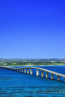 沖縄宮古島 来間大橋と海 11076019267| 写真素材・ストックフォト・画像・イラスト素材|アマナイメージズ