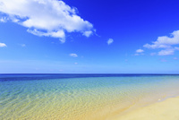 沖縄西表島 南風見田の浜と海 11076019438| 写真素材・ストックフォト・画像・イラスト素材|アマナイメージズ