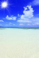 沖縄竹富島 コンドイビーチの海に太陽
