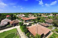 沖縄竹富島 なごみの塔から望む赤瓦屋根の集落