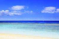沖縄波照間島 ニシ浜と海 11076019632| 写真素材・ストックフォト・画像・イラスト素材|アマナイメージズ