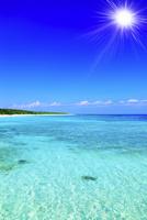 沖縄波照間島 ニシ浜と海に太陽 11076019683| 写真素材・ストックフォト・画像・イラスト素材|アマナイメージズ