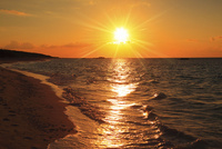 沖縄波照間島 ニシ浜と夕日に染まる海 11076019687| 写真素材・ストックフォト・画像・イラスト素材|アマナイメージズ