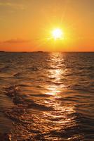 沖縄波照間島 ニシ浜と夕日に染まる海 11076019689| 写真素材・ストックフォト・画像・イラスト素材|アマナイメージズ