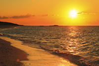 沖縄波照間島 ニシ浜と夕日に染まる海 11076019691| 写真素材・ストックフォト・画像・イラスト素材|アマナイメージズ