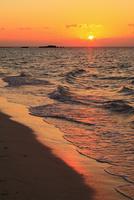 沖縄波照間島 ニシ浜と夕日に染まる海 11076019693| 写真素材・ストックフォト・画像・イラスト素材|アマナイメージズ
