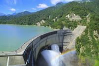 立山黒部・黒部ダム 放水と虹