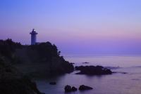 朝焼けの安乗岬と安乗埼灯台