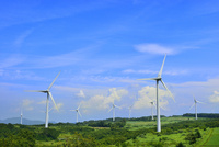 緑の高原に風車 11076020229| 写真素材・ストックフォト・画像・イラスト素材|アマナイメージズ