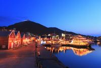 金森赤れんが倉庫群と観光遊覧船ブルームーンのライトアップ夜景