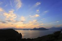 そうべつ公園から望む洞爺湖と夕焼け 11076020918| 写真素材・ストックフォト・画像・イラスト素材|アマナイメージズ