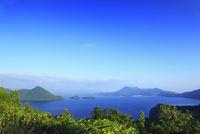 サイロ展望台から望む洞爺湖と中島 11076020930| 写真素材・ストックフォト・画像・イラスト素材|アマナイメージズ