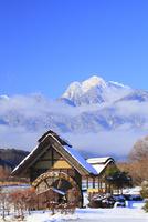 水車と新雪の南アルプス・甲斐駒ヶ岳