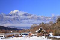 水車と新雪の南アルプス・甲斐駒ヶ岳 11076021115| 写真素材・ストックフォト・画像・イラスト素材|アマナイメージズ