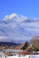 水車と新雪の南アルプス・甲斐駒ヶ岳 11076021117| 写真素材・ストックフォト・画像・イラスト素材|アマナイメージズ