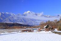 水車と新雪の南アルプス・甲斐駒ヶ岳 11076021118| 写真素材・ストックフォト・画像・イラスト素材|アマナイメージズ