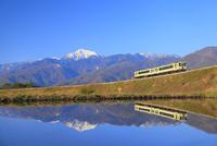 JR小海線と水田に南アルプス・甲斐駒ヶ岳